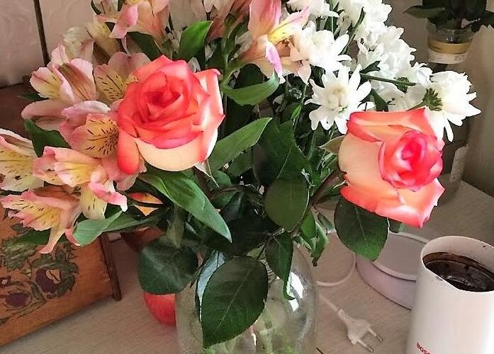 Букет живых цветов в вазе.