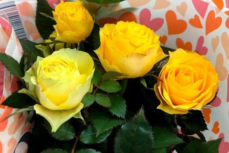 Миниатюрная жёлтая роза в магазине.